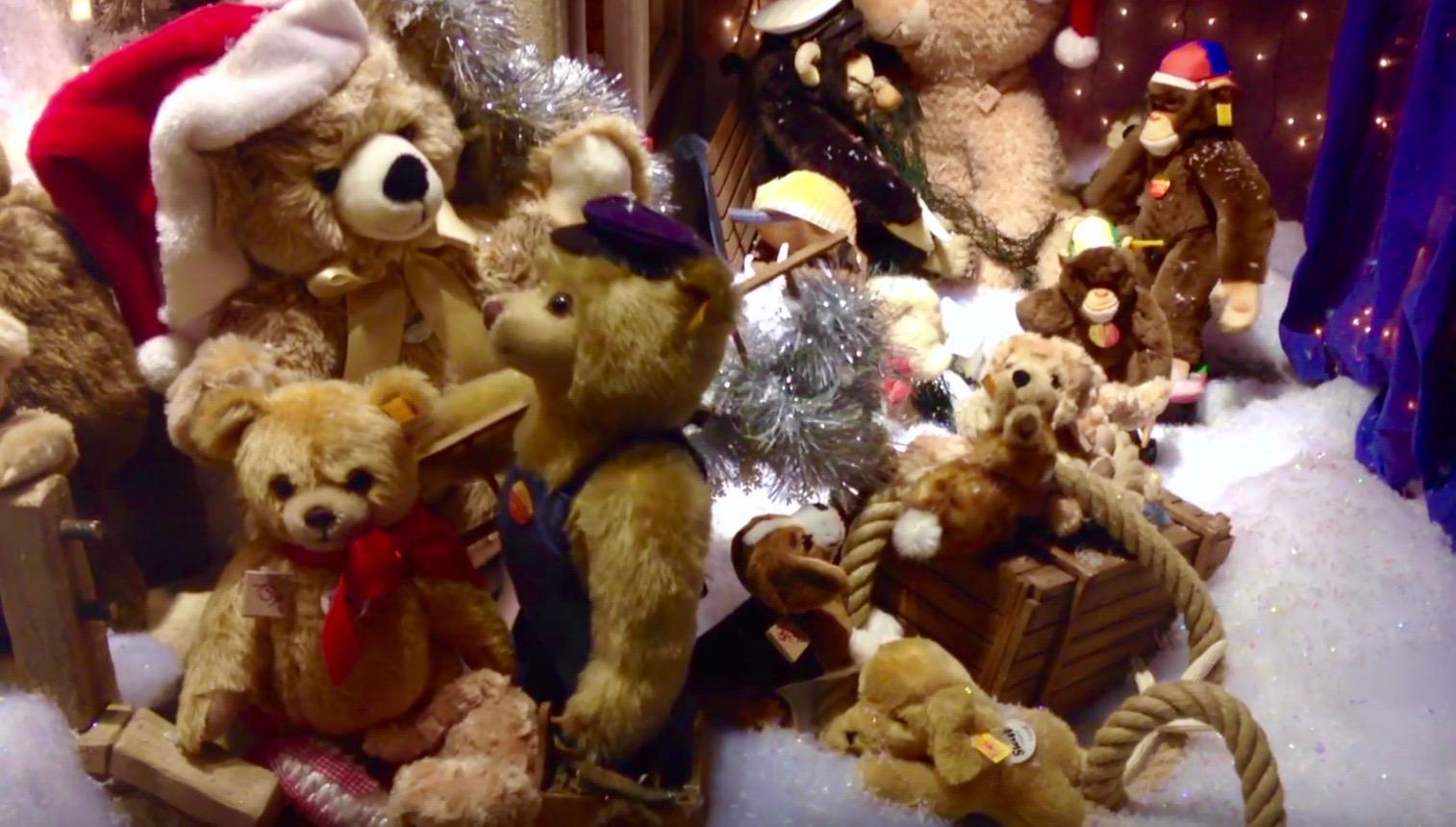 Stofftier-Weihnachten: Schaufenster-Szene