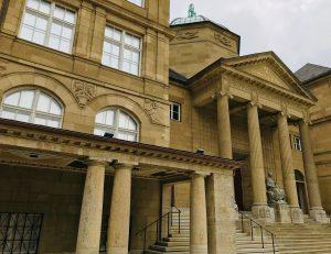 """Ausstellung """"Piet Mondrian: Natur und Konstruktion"""", Eingang Museum Wiesbaden"""